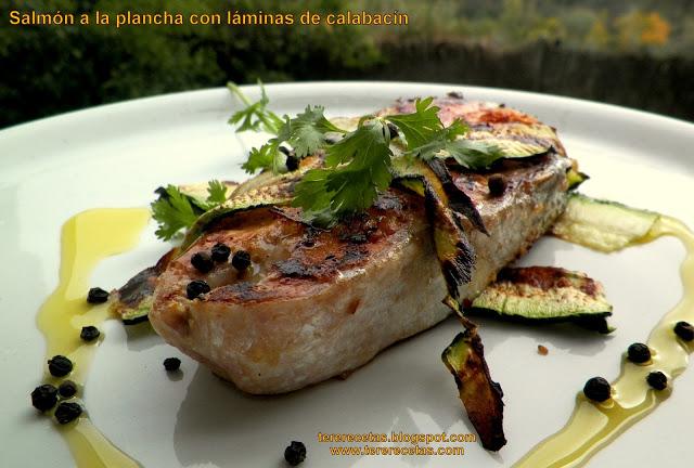 salmón a la plancha con láminas de calabacín