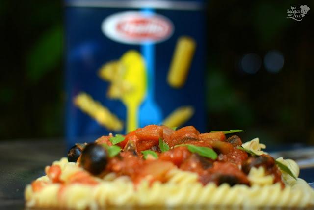 Fusilli-con-salsa-de-tomate-berenjena-y-aceitunas-negras-01