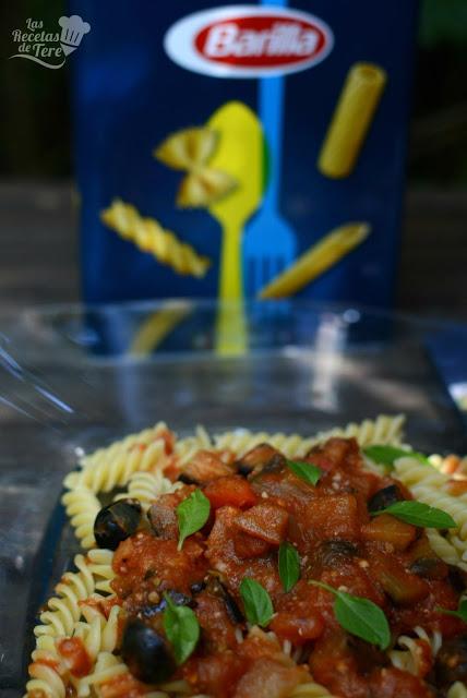 Fusilli-con-salsa-de-tomate-berenjena-y-aceitunas-negras-04