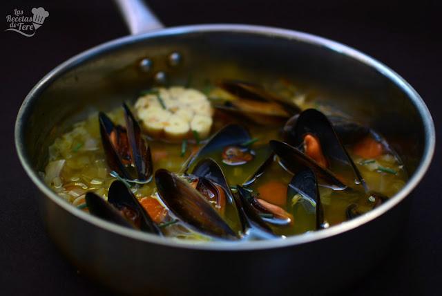 Sopa-de-ajo-vegetales-y-mejillones-01