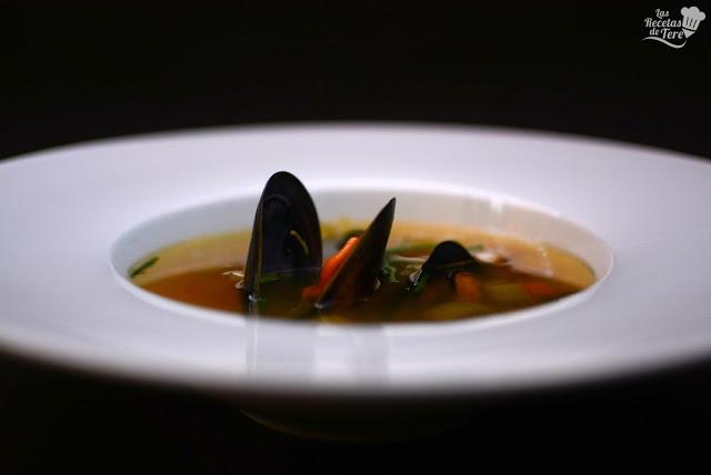 Sopa-de-ajo-vegetales-y-mejillones-03
