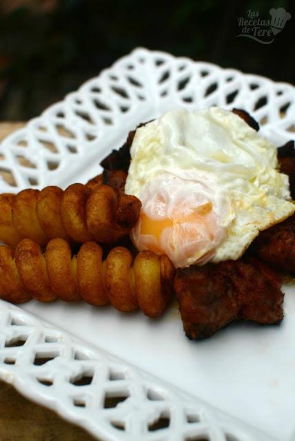 Costilla adobadas con patatas y huevos fritos 02