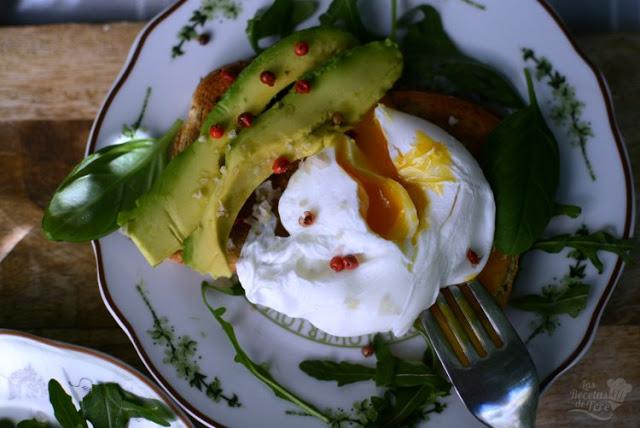 Exquisito-desayuno-con-huevos-escalfados-aguacate-04