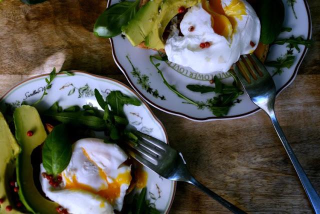 Exquisito-desayuno-con-huevos-escalfados-aguacate-01