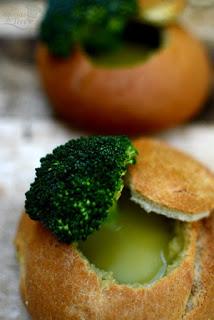 Crema de brócoli baja en calorías servida en pan