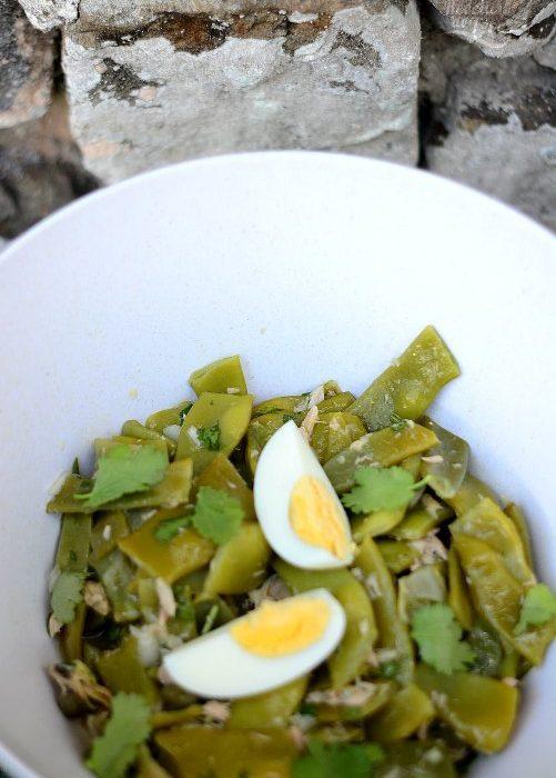 Deliciosa ensalada de judías verdes de la huerta con atún